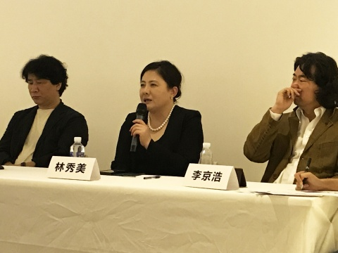 左起:金圣镐(《策展人李圆一评传》作者、独立策展人、艺术评论家)、林秀美(李圆一遗孀)、李京浩(韩国艺术家)