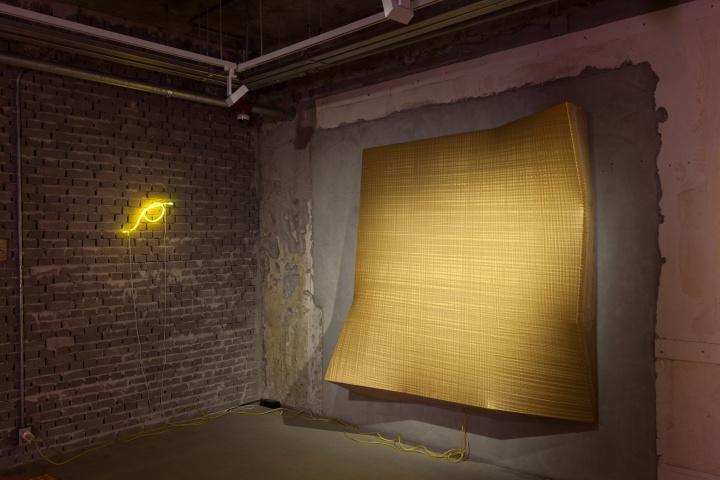 《衍生物--金》195x200cm综合材料(丙烯、霓虹灯、木材)2015