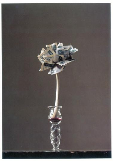 《一个童话》 12×12×36cm 人民币、肋骨、血、玻璃 1994/2007(图片由尤伦斯当代艺术中心提供)