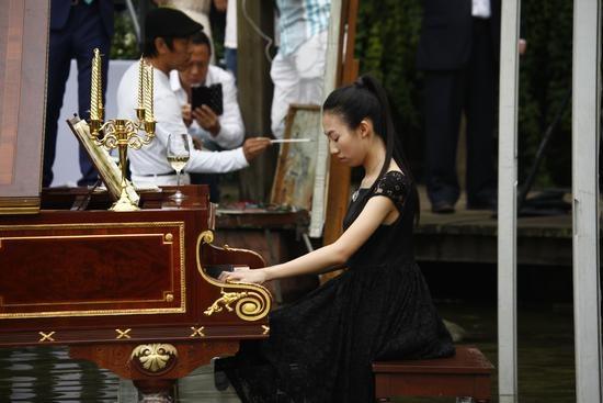 """2016年9月,赵半狄在成都郊外举办了一场名为""""中国party·肖邦""""的文化派对。赵半狄在这场沉浸于水中的肖邦音乐会里孕育出他的新作《中国Party》"""