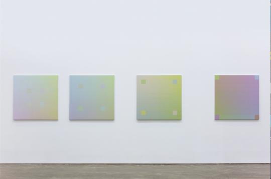 张雪瑞在每幅作品中选取了四个色块进行位移,从左至右,由内向外
