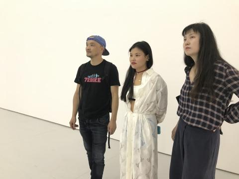艺术家 李姝睿(中)