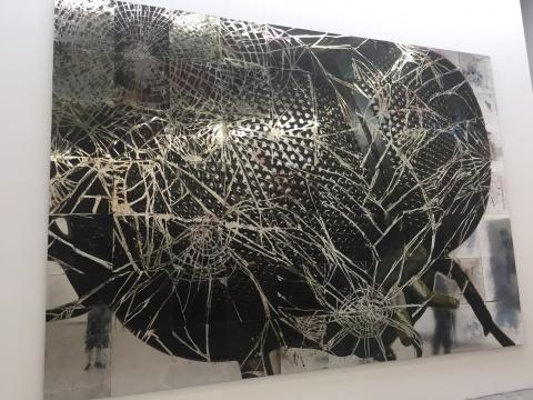 吴笛《凶手》350×500cm 镜面板 综合材料 2010