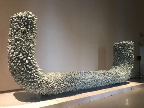 郅敏《天象四神-青龙》710×120×400cm 陶瓷、金属 2017