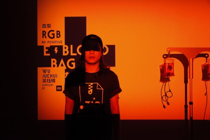 展览的最后阶段,策展人吴珏辉作品《电血袋》似乎在为这个需要电的电子设备时代充电
