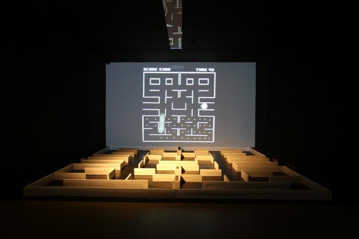 饶广禛作品《PAC-MAN》结合技术与记忆,将当下公众所熟悉的科技设备转为创作工具