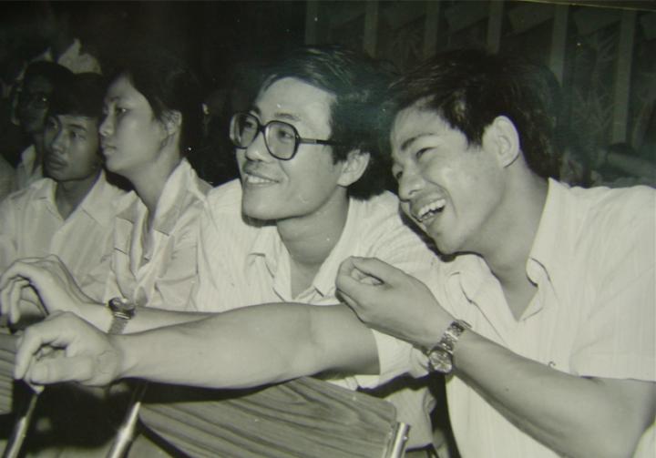 """上世纪80年代初,王璜生创建了""""汕头青年美协""""。图为1982年汕头青年美协活动,与郑林华等一起"""