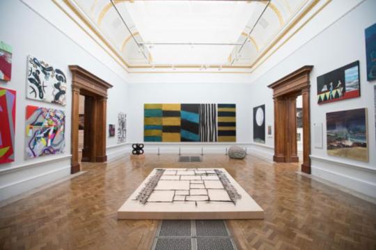"""来自都柏林的抽象画家肖恩·斯库利占据了整个一间画廊。版权:BBC,DAVID PARRY      但仍有数百个 """"非体制内""""名额,留给了远在苏格兰、威尔士、北爱尔兰,或活跃在东伦敦的艺术爱好者。这个比例我当然希望能更高,可从目前来说,它是可以接受的。毕竟,跟中国美协的所作所为比较一下,一切都释然了。"""