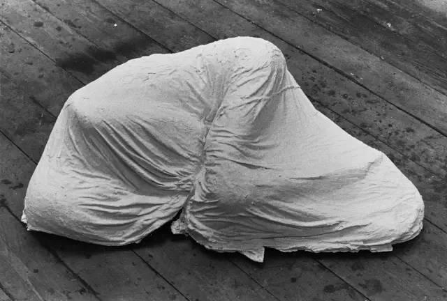 1973根据印度的游历,创作《沉睡之地》、《形态》