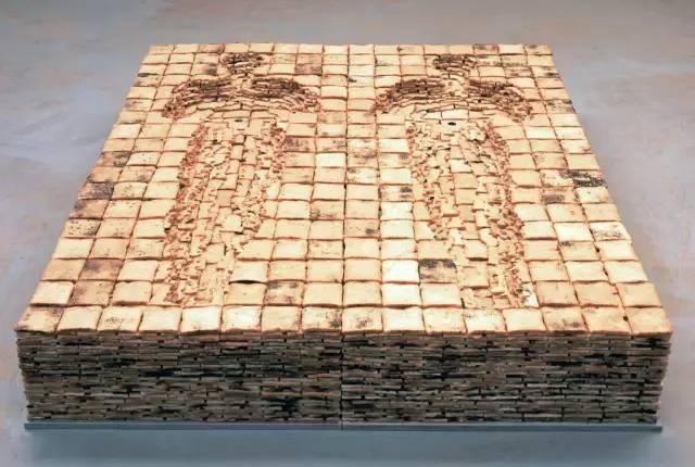 """1980创作《床》,首次表达了""""寻找身体""""的意图  1981-1989创作""""铅块模子""""系列作品  1987创作《生长》  1989起,持续进行与世界各国接触的雕塑项目《土地》,先后在巴西、墨西哥、瑞典、中国等国家和地区展出"""