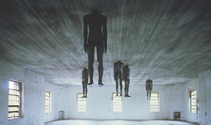 1991《学会思考》,美国查尔斯顿旧监狱(艺术家和常青画廊,圣吉米那诺 / 北京 / 穆林 / 哈瓦那。©Antony Gormley)  1994获特纳奖