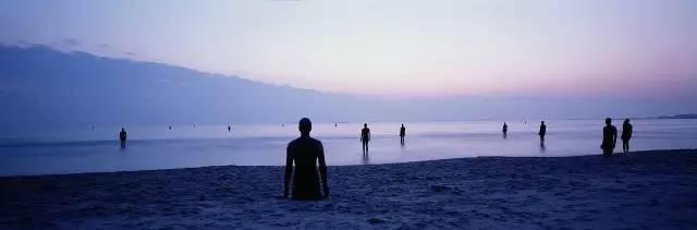 1997《Another Place》  从德国库克斯海港开始、并延展到挪威、奥地利、美国等其他国家和地区,葛姆雷从自己的身上倒模制成了100件真人大小的铸铁雕塑,每一件身高189cm,重约650公斤,然后将它们散落在利物浦的克罗斯比海滩、长达2英里的范围之内  1999获伦敦南岸视觉艺术奖
