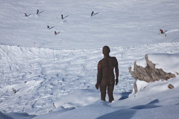 2010-2012,大地艺术景观装置《地平线之域》  100个真人大小的铸铁人形雕像,占地150多平方千米。位于澳大利亚福拉尔贝、格州高阿尔卑斯山(艺术家和常青画廊,圣吉米那诺 / 北京 / 穆林 / 哈瓦那。©Antony Gormley)  2012获大林奖  2013获高松宫殿下纪念世界文化奖、日本皇室世界文化奖