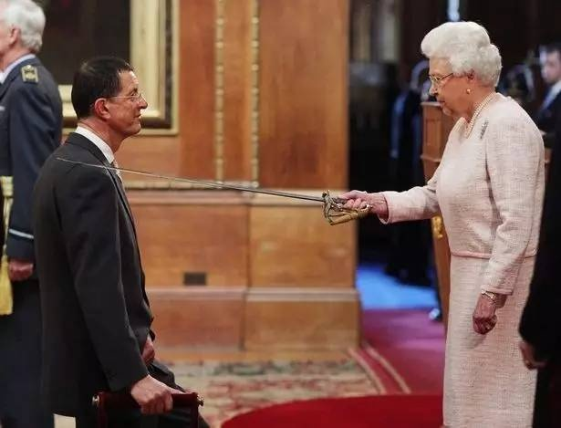 2014被伊丽莎白二世女王授予爵士头衔,获大英帝国勋章(Order of the British Empire)