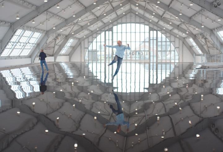 《地平线之域》(汉堡) 200×2490×4890cm355钢,钢螺旋股线电缆,不锈钢网(安全网),木地板,表面涂层:螺丝和聚氨酯树脂 2012(艺术家和常青画廊,圣吉米那诺 / 北京 / 穆林 / 哈瓦那。©Antony Gormley)