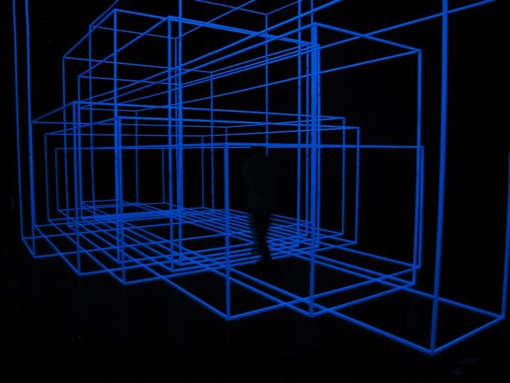 《呼吸的房间Ⅳ [RIO] 》480×540×1150cm 25x25毫米铝管、荧光物质H15和塑料插件 2012(作品照片版权归属于安东尼·葛姆雷工作室)      Hi:你非常强调参与性,那么你希望观众和这次的作品能有哪些互动?  葛姆雷:我相信最激动的事情,就是我看到有人在博物馆当中有他们自己的行为举止,而他们可能之前没有出现过的这种状态。所有的问题都有开放性,即如何看待艺术。我的研究也是为了探讨这些问题,让艺术回归到集体体验的过程,从而带有部落式的集体参与感。什么是参与?人来参观、体验、产生共鸣就是参与;另一方面,人们可以从被动的看到主动参与,这个过程让我感到振奋。只有主动参与,才能让作品容纳更多的变体,每个变体产生各自的想法和价值。作品能卖不能卖不重要,我看中的是实验的过程,展览本身也是实验。我不知道这个展览的评价、反馈如何,我看中的是来参观的人能和作品之间激发出什么,参与能产生哪些可能性。  你能看到此次展出的作品并没有贴展签,我认为雕塑不需要标签的描述,重要的是看到哪些作品时,你的大脑神经元带给你的感觉。展览本身没有价值,展览的价值是参观者赋予的,你只需要去感受空间,感受只属于你自己的感受。我希望通过最准确的语言唤起情感,然后将它们从物质形态中解放出来。我希望塑造一个既能够唤起情感又可供情感栖息的空间。