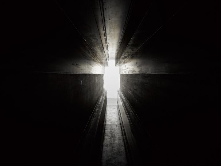 《走廊》203×75×1550cm 6毫米耐候钢2016  摄影:白立方,(作品照片版权归属于安东尼·葛姆雷工作室)     Hi:你好像一直特意避免着情绪化和戏剧化,作品也更倾向于静止,这样做有什么特殊原因?  葛姆雷:真正重要的不是生命的表现形式,而是生命的真实历程。我尽量避免将内在经历渲染成一种外在表现形式。虽然很多人将这样的渲染称为艺术,其实它是不是艺术并不重要。问题是你如何表现生命存在本身?我至今所有的努力都在于探索如何表现生命存在本身,如何在简单的静止中表现生命的存在。  我对制造戏剧效果毫无兴趣,我只想为情感制造一个可以栖息的巢穴,一个观众可以随意安放自己情感的地方。我尽量避免戏剧化,更不想把作品凝固成某个故事的某个片段。雕塑的真谛在于静默,我们人类才是运动、感知运动,并将感受嫁接在静默物体上的那一方,静止与沉默是雕塑与生俱来的特质。在我看来,西方艺术中试图通过雕塑表现动态的做法消弭了雕塑的本质,将渐渐走向死亡。