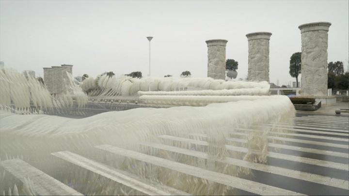 李明 《国土局马路对面游过一条大白龙》 单通道高清录像,彩色,有声 2'17'' 2017  RMB:5万元