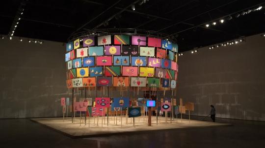 特罗拉马(印度尼西亚)《私人骚乱》900 × 900 × 900cm 视频、187 个油彩木板 2014 - 2016 借展于马凌画廊