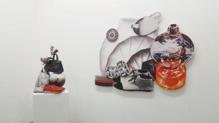 阿拉里奥画廊展出GWON Osang作品《Bag & Porcelain》 (左)与《Relief 12》