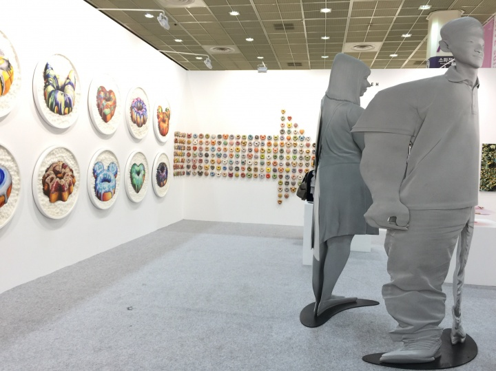 Gallery Yeh展出现场,艺术家Uwankwon Yi特别的透视令现场有种魔幻感