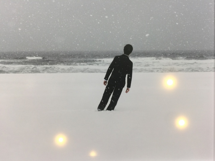 Gallery Now带来的Jeonglok Lee作品,艺术家利用闪烁的光点为作品营造着现场感