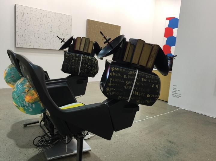"""本届展会中,白南准作品取代""""单色画""""艺术家成为亮相频率最高的韩国本土艺术家"""