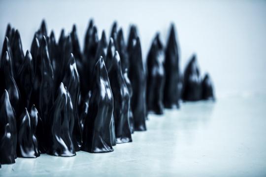 现场展出的艺术家刘建华作品《黑色的火焰》局部