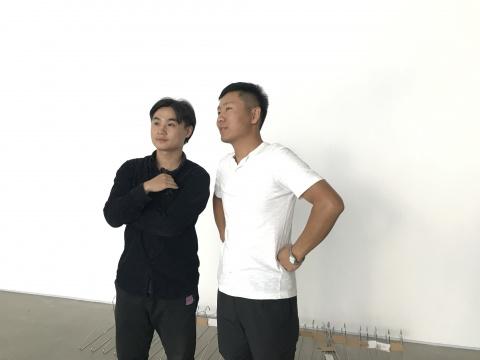 艺术家 刘亚洲(右)