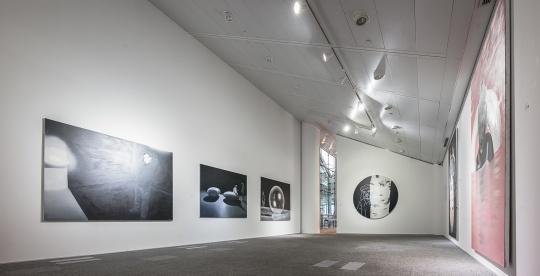 拉兹罗·费赫尔的画面以粉色、黑白灰为主调
