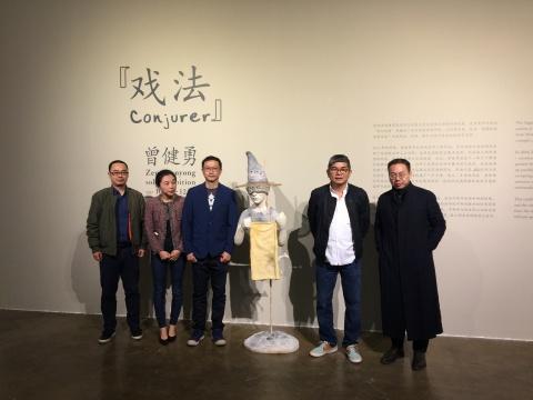 策展人唐泽慧(左二)、艺术家曾健勇(左三)、索卡艺术中心负责人萧富元(右二)