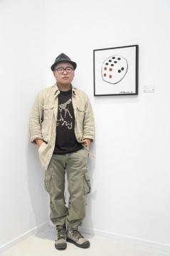 艺术家何佶佴在展览现场