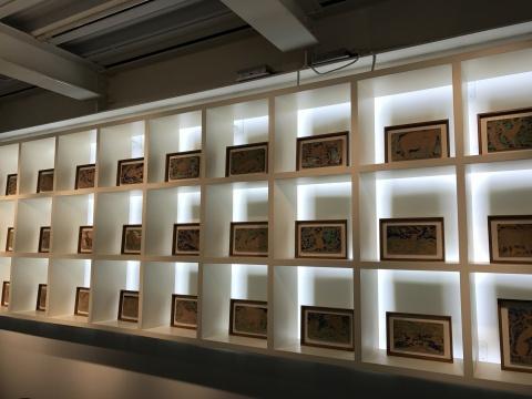 展览现场,艺术家用于动画制作的而创作的泥板绘画