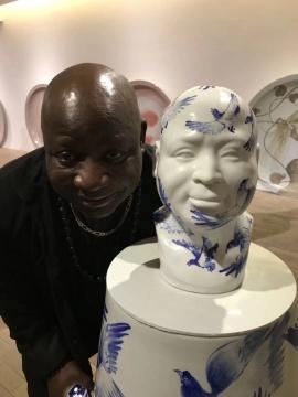 艺术家巴尔德莱米·图果(Barthélémy Toguo)及其作品(图片:HDM画廊)