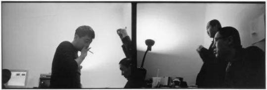 """安娜伊思·马田 《贾樟柯、余力为、刁亦男跟""""导演双周单元""""选片人在一起》尺寸可变 黑白银盐照片 2001-2004"""