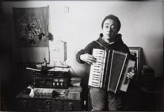 """安娜伊思·马田 《""""阳光下心里的歌唱不出来,是为什么?"""" 野孩子,霍营张玮玮家》尺寸可变 黑白银盐照片 2001-2004"""