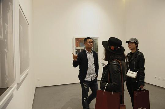艺术家陈晓峰在展览现场