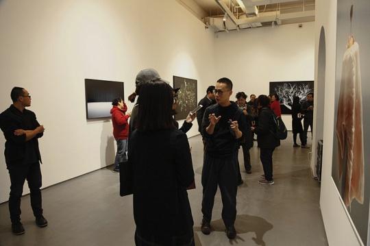 艺术家蒋志在展览现场