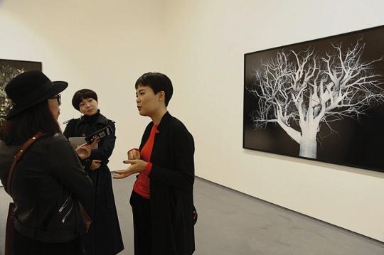 艺术家李昶在展览现场