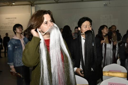 波兰驻华使馆文化参赞蔡梦灵小姐和王德全先生现场互动佩戴髯口