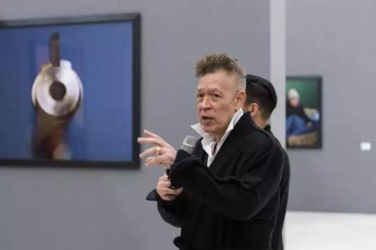 艺术家安德烈斯·塞拉诺在现场导览