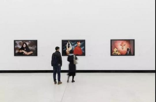 """""""安德烈斯·塞拉诺:一个美国人的视角""""红砖美术馆展览现场"""