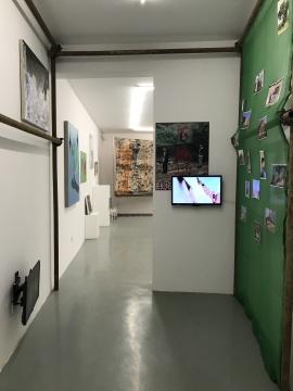 作为策展人于瀛也特别关注到了当下年轻艺术家们在户外创作以及展示绘画的现状,比如许宏翔将自己的作品暴露在废墟里进行展示,并且曾在一个村子里举办可能以往在画廊白盒子空间展出的作品。而策展人也将这部分内容以文献的方式展示出来。