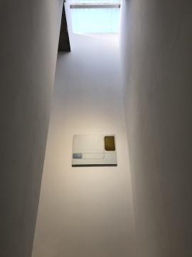 孟阳阳作品中的色块同建筑本身天窗的色块相呼应