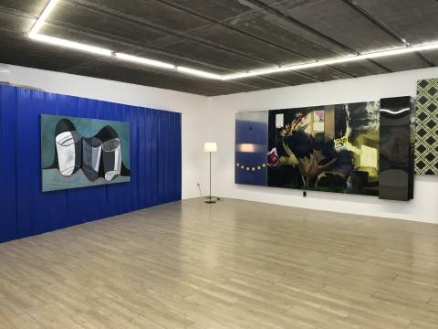 """二楼的空间比较低矮,于瀛为其设计了""""客厅""""的结构,并放置了一盏落地灯。"""