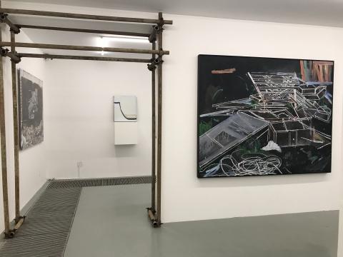 许宏翔的原作以及将其原作展示在废墟的影像照片隔着空间互相呼应