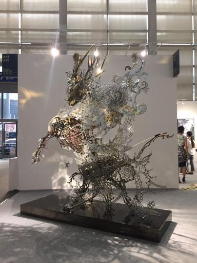 索卡当代艺术中心以55万元售出席时斌大型装置《符号与记忆之马》