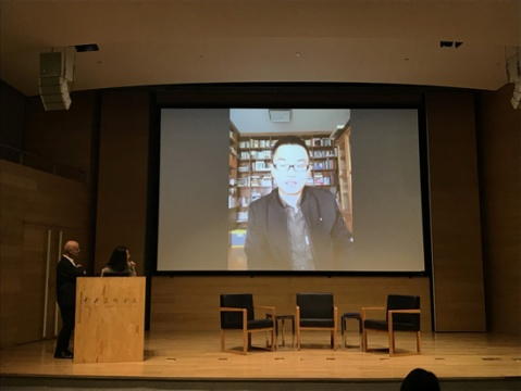 """鲁明军获得第六届CCAA艺术评论奖。鲁明军在他的提案中写道:""""全球化业已演化为民族国家的一个极端变体,甚或说,我们已经进入了一个更为复杂、残酷的后全球化时代。""""他认为,""""一带一路""""的提出正是为了对于世界的地缘政治、经济和文化结构作出重新平衡。在以当代艺术实践为核心的探讨当中,鲁明军的提案既区别于全球化盲目乐观的视角,也不同于民族主义叙事,正与我们所处的时代息息相关。"""