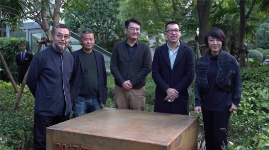 《偏离17.5度》揭幕仪式合影 隋建国 琴嘎 张未 卢征远 栾倩(从左至右)