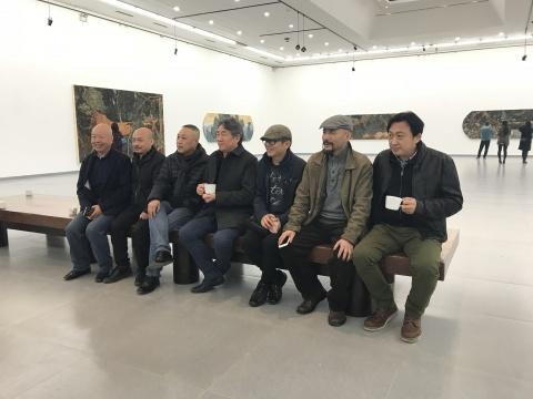 德山空间负责人考云岐、艺术家谭平和祝延存在展览现场